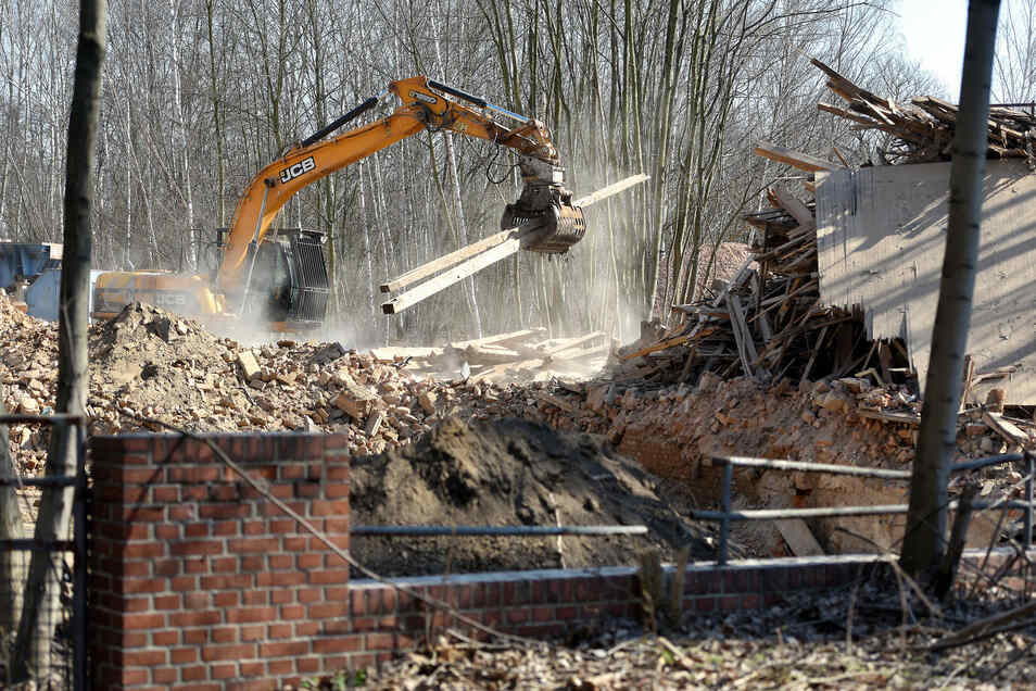 Die alte Lackfabrik am Lusatiaweg wird derzeit abgerissen.