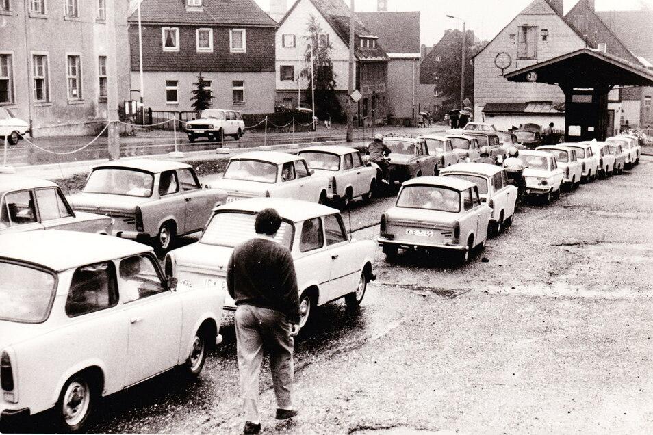 An der Altenberger Tankstelle stauen sich zur Wendezeit die Trabis. Vor der Grenze war hier die letzte Möglichkeit zum Tanken.