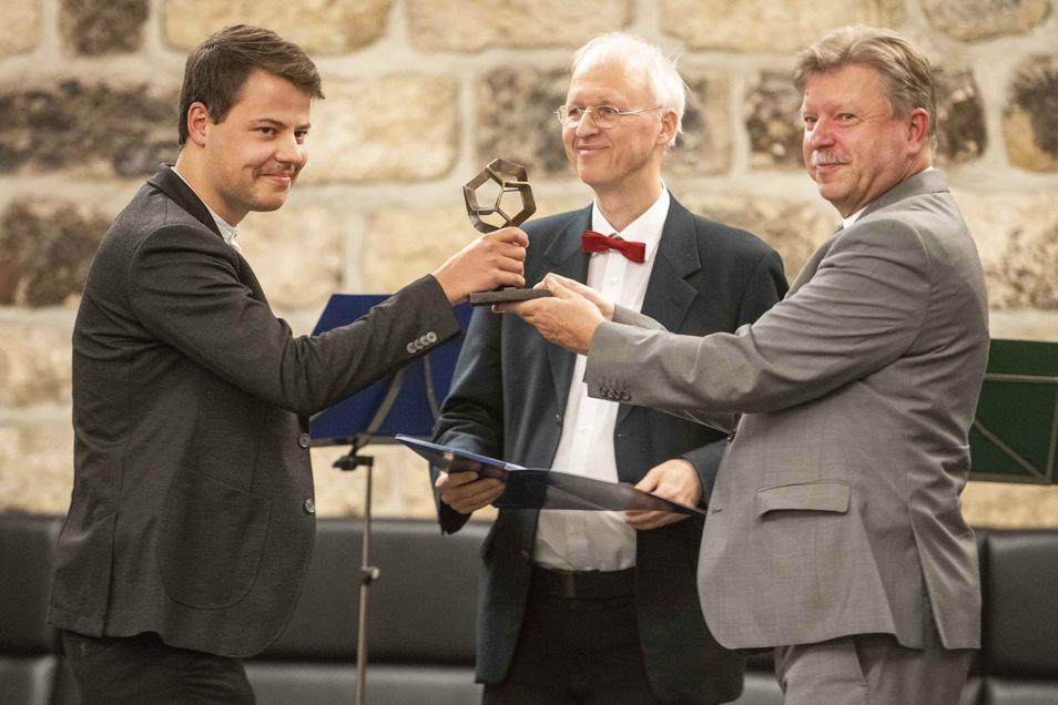 Besondere Trophäe: Gregor Honold von der TU Dresden bekommt den Moritz-Ziller-Preis für Stadtgestaltung überreicht. Er nimmt ihn von Radebeuls OB Bert Wendsche entgegen. Die Laudatio hat Baubürgermeister Jörg Müller gehalten.