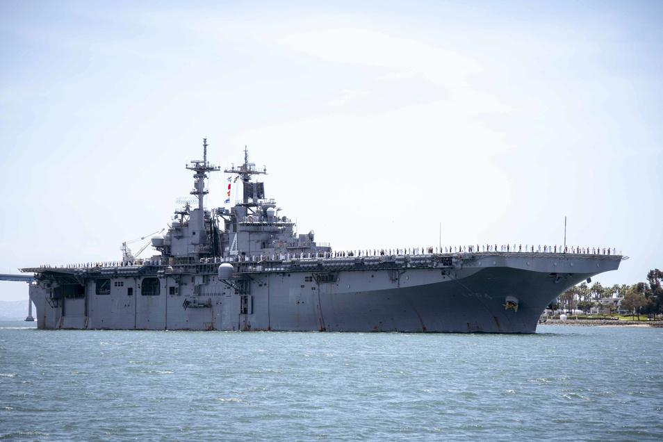Die Drohne der Iraner sei der USS Boxer sehr nahe gekommen und habe die Sicherheit des Schiffes und seiner Crew bedroht, sagt Donald Trump. Sie sei daraufhin sofort zerstört worden.