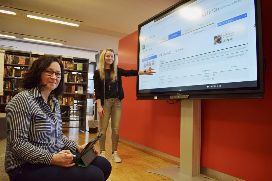 Die Lehrerinnen Daniela Heidorn (l.) und Anne Hentschel (r.) arbeiten so gut wie täglich mit der Plattform LernSax. Hier zeigen sie die Anwendung auf einem Gerät in der Bibliothek des Foucault-Gymnasiums.
