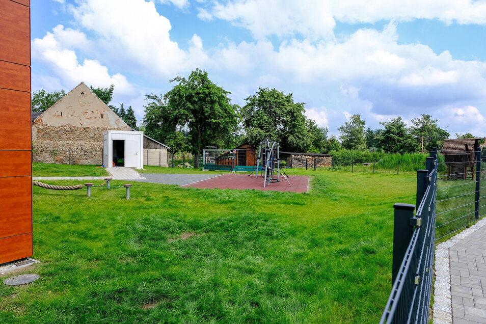 Im Anschluss an die bereits fertiggestellten Außenanlagen neben dem neuen Hortanbau in Reichenberg soll nun noch ein kleiner Bolzplatz entstehen.