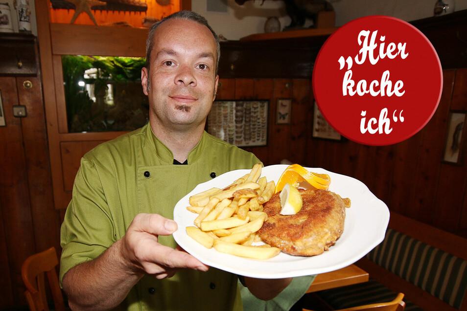 """Koch Thomas Woggon hat die Spezialität der Margarethenmühle, den """"Mühlsack"""", für eine Bestellung außer Haus gekocht. Auf Kundenwunsch nicht mit Bratkartoffeln, sondern mit Pommes."""