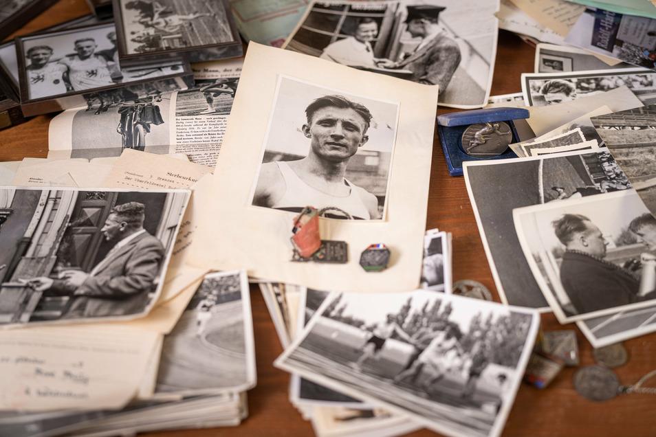 In ihrem Privatarchiv in ihrer Wohnung in Gröditz präsentiert Ulrike Harbig die Trophäen, Fotos und Dokumente, die ihr von ihrem Vater Rudolf geblieben sind.