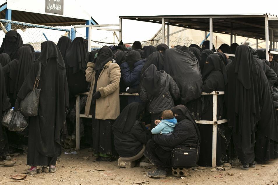 Frauen stellen sich für Hilfsgüter im Lager al-Hol (Al-Haul) an. Hilfsorganisationen beklagen schon seit langem menschenunwürdige Zustände in Al-Hol. Das Flüchtlingscamp birgt Save the Children zufolge zahlreiche Risiken für Kinder. Es gebe zu wenig Wasse