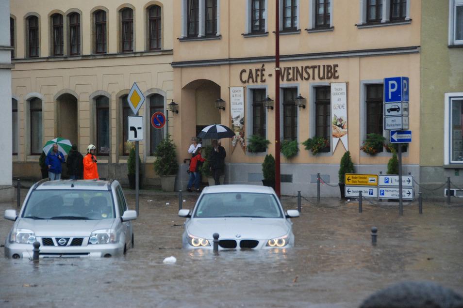 Der Sebnitzbach bahnte sich seinen Weg direkt über den Marktplatz.