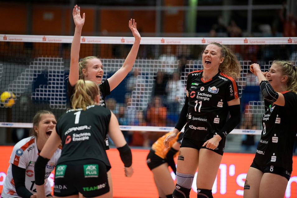 Die Dresdner Volleyballerinnen freuen sich über einen gelungenen Heimauftakt in der Bundesliga.