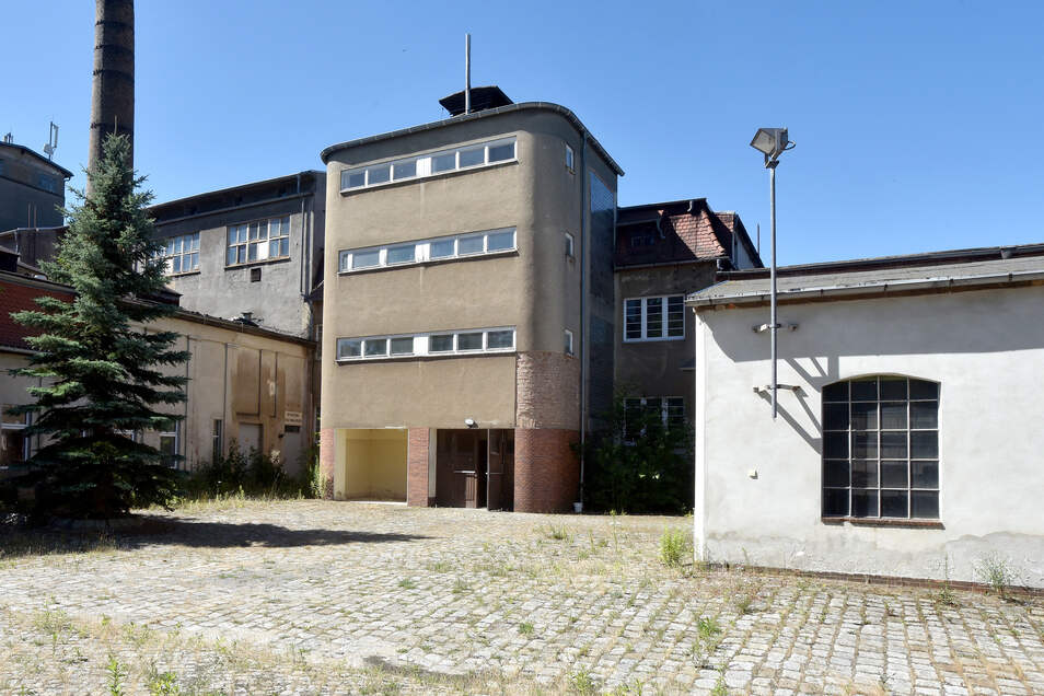 Zur Immobilie gehört eine große Grundstücksfläche. Der Vorbesitzer hatte die Maschinen der 1992 kaputt gegangenen Nudelfabrik verkauft, war später aber in finanzielle Schwierigkeiten geraten.