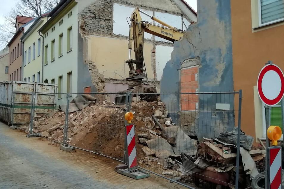 Außer einem Schuttberg ist vom Haus in der Pulsnitzer Straße nicht mehr viel übrig.