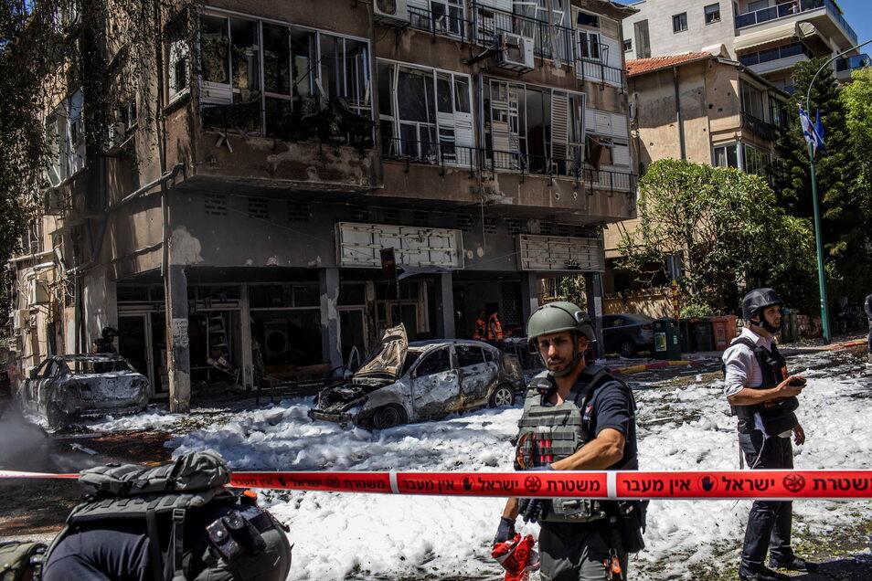 Israelische Einsatzkräfte vor einem Wohnhaus, das zuvor von einer Rakete der islamistischen Hamas getroffen wurde.