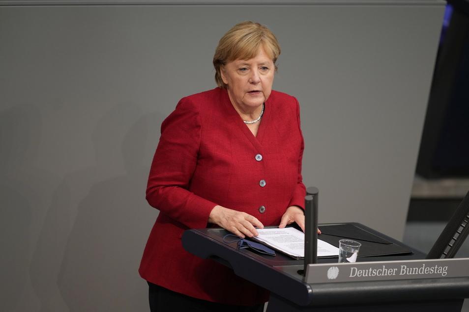 Bundeskanzlerin Angela Merkel (CDU) gibt bei der Sondersitzung des Bundestags eine Regierungserklärung zur Lage in Afghanistan ab.