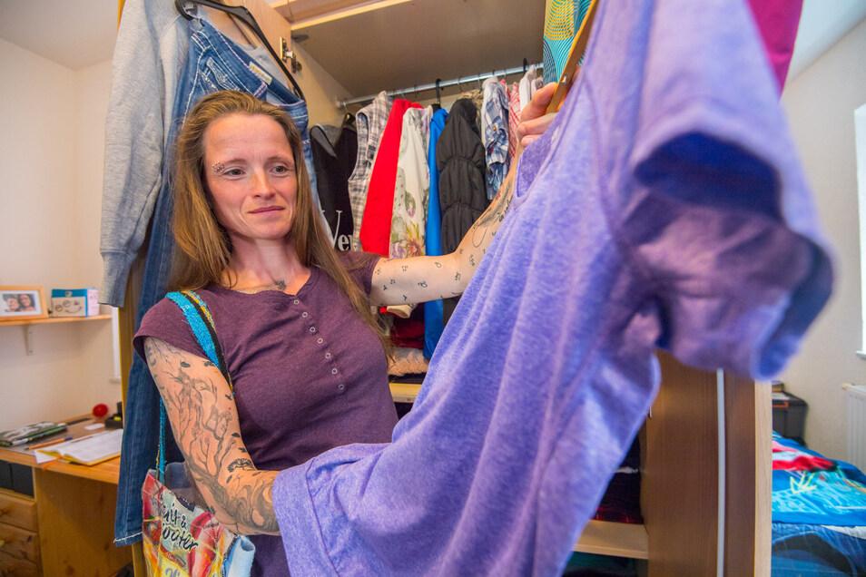 Michaela Schubert aus Zwönitz: Es müssen nicht immer die neuesten Klamotten sein! Ich schaue in erster Linie bei eBay & Co. Gebrauchte Dinge von anderen zu kaufen, finde ich eine tolle Sache. Bis jetzt habe ich durchweg gute Erfahrungen damit gemacht.