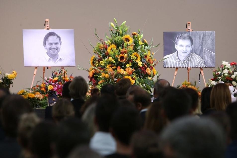 Abschied: In der Leipziger Kongresshalle gedenken Mitarbeiter des Unister-Gründers Thomas Wagner (l.) und Mitgesellschafters Oliver Schilling.