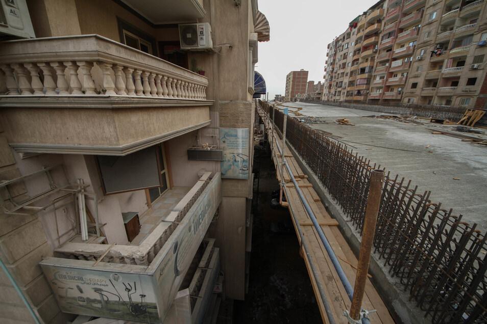 Nur 50 Zentimeter liegen zwischen den Fassaden und der Brücke, über die bald der ägyptische Großstadtverkehr brausen soll.