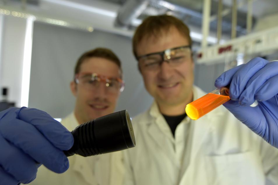Mit leuchtenden Nanopartikeln fing vor anderthalb Jahren alles an. Nun bringen Max Schnepf (l.) und Jonas Schubert ihr Start-up DermaPurge als Ausgründung des Leibniz-Instituts für Polymerforschung Dresden auf den Weg.
