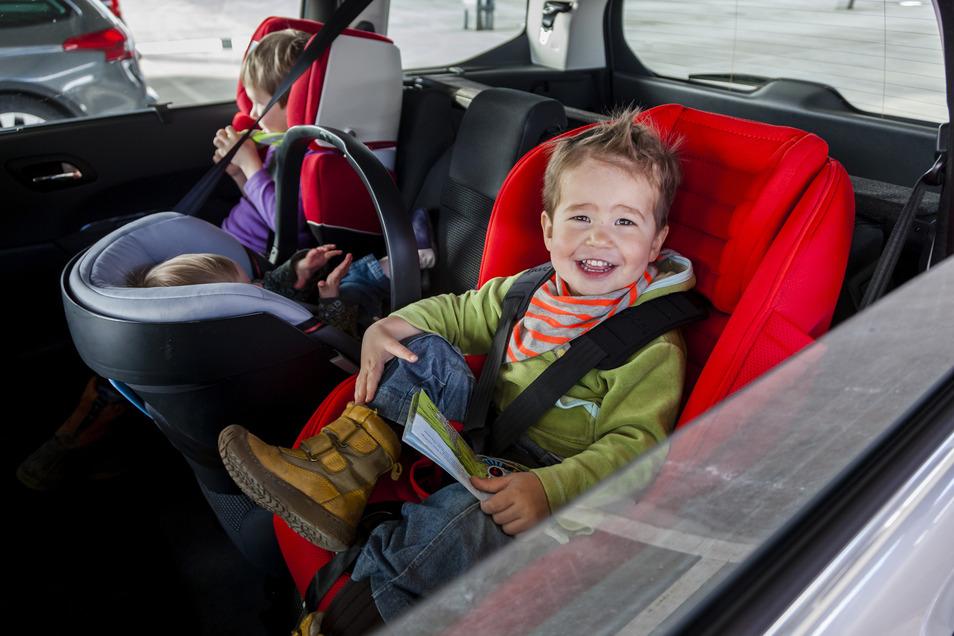 Geeignete und richtig positionierte Sitze sind elementar, um Kinder sicher im Auto mitfahren zu lassen.