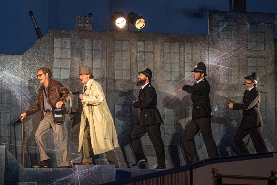 """Ohne Kommissar geht nichts, schließlich ist Sherlock Holmes Berater von Scotland Yard. Die Fälle löst das Superhirn zwar gern im Alleingang, bei der Überführung der Täter ruft er trotzdem gern die Polizei zur Hilfe. Im Bautzener Fall wollen sie Professor Moriarty das Handwerk legen, der über sich selbst sagt: """"Ich tue böse Dinge, weil ich es kann."""" Den Bösewicht spielt Alexander Höchst - und wer Arthur Conan Doyle kennt, weiß: Moriarty und Holmes kommen nur kurz zueinander."""