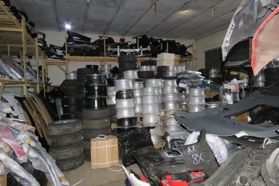 Diese Lager in der Nähe von Legnica durchsuchten die Polizisten - und fanden dort jede Menge gestohlene Fahrzeugteile.