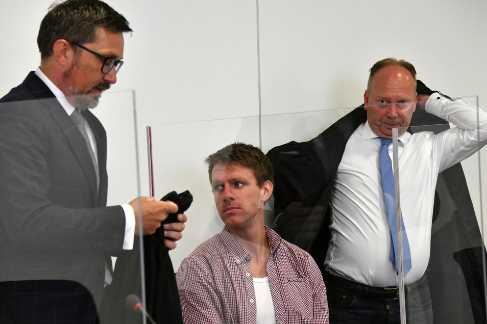 Der Ex-NPD-Politiker Maik Schneider mit seinen Anwälten bei der Hauptverhandlung Mitte August.