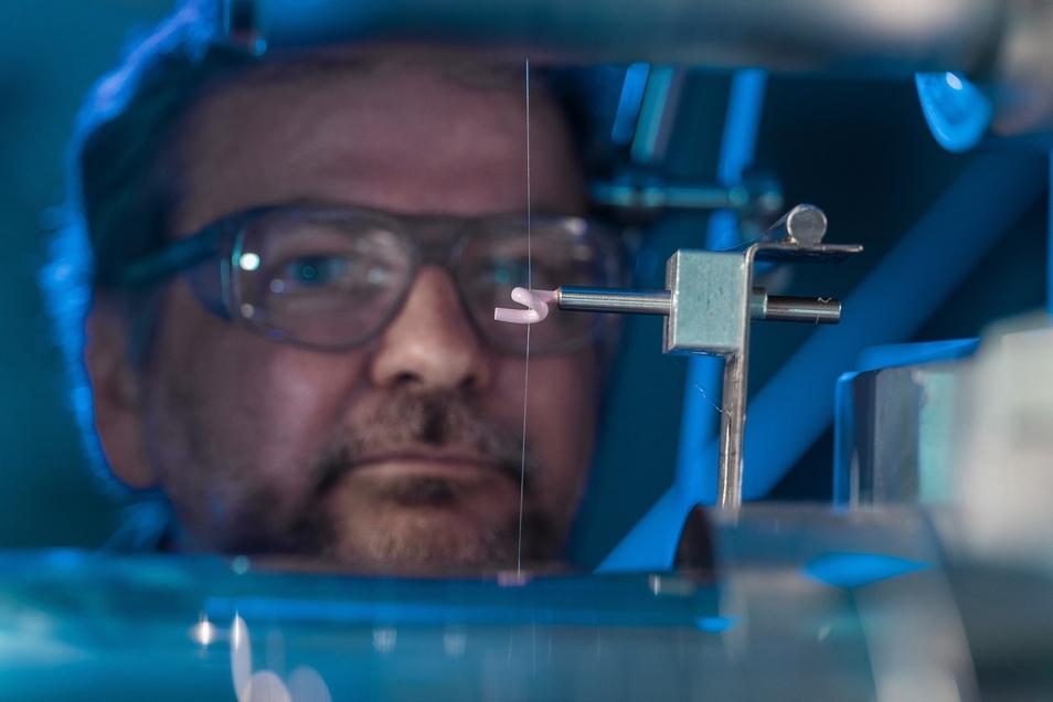 Andreas Leuteritz ist Chemiker im Leibniz-Institut für Polymerforschung und einer der Erfinder der Mückensocke.