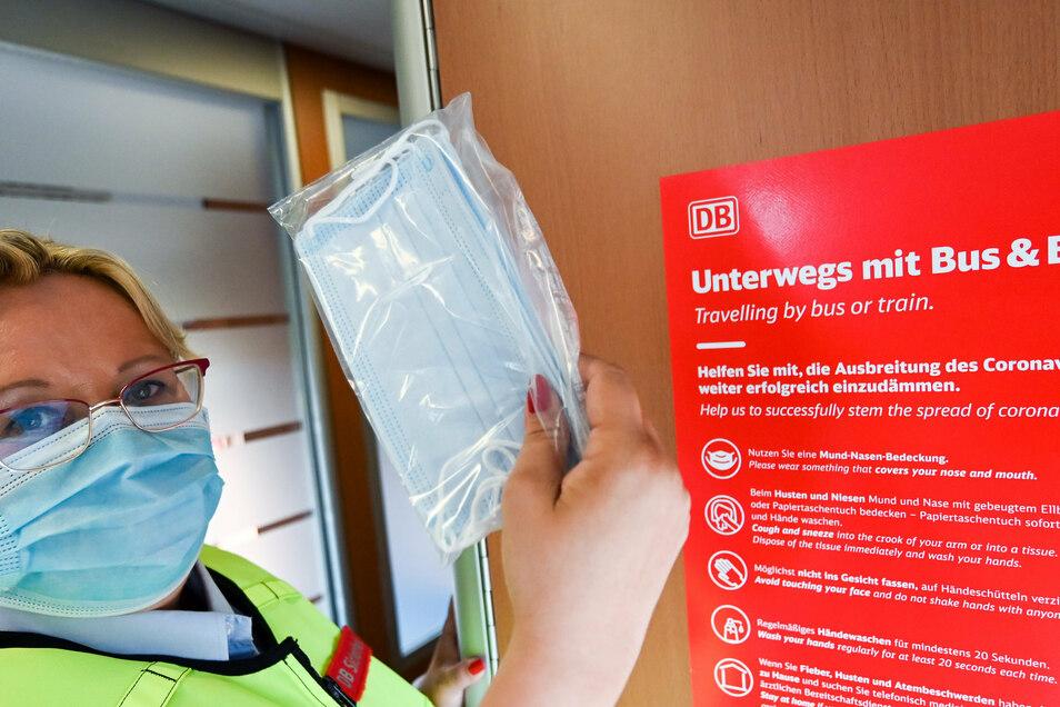 Silke Fenten vom Präventionsteam der Deutschen Bahn hält in einem Intercity zwischen Leipzig und Halle Mund-Nasen-Masken bereit - für Fahrgäste, die ohne Maske reisen.