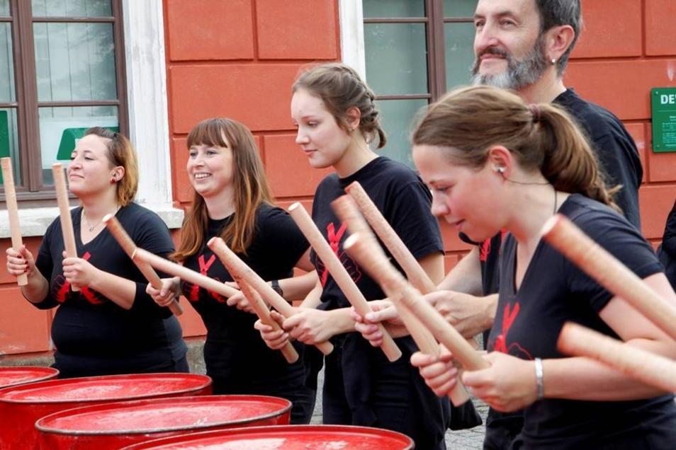 """Die Truppe """"Blechlawine"""" macht Show auf der Straße."""