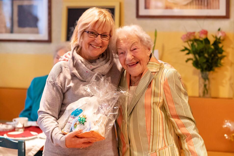 Ute Krause, Pflegedienstleiterin des DRK in Waldheim, gehörte zu den Ersten, die Gertrud Bley zum 105. Geburtstag gratulierten.