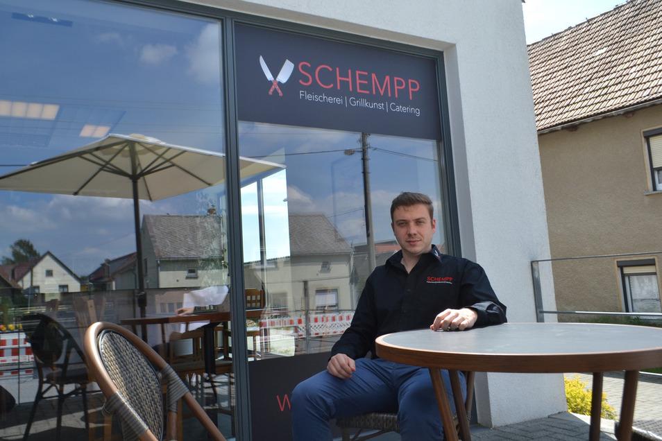 Fleischermeister Christoph Schempp in der Imbiss-Ecke vor seiner neuen Schönfelder Filiale.