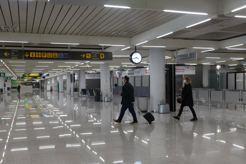 Viel los ist wenig: Passagiere gehen durch den Flughafen Palma de Mallorca. Touristen unterliegen nach wie vor einem generellen Einreiseverbot nach Spanien. Das verärgert vor allem Urlaubshochburgen wie Mallorca, die mit aller Kraft versuchen, touristisch