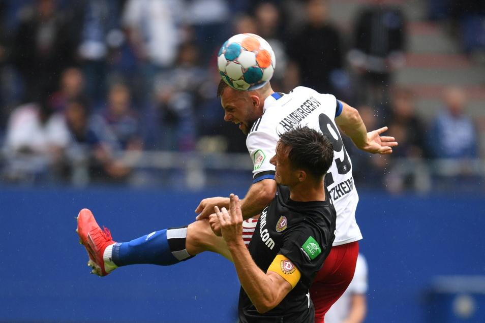 Dynamo hat oft das Nachsehen im Zweikampf, wie hier Tim Knipping gegen Hamburgs Manuel Wintzheimer.