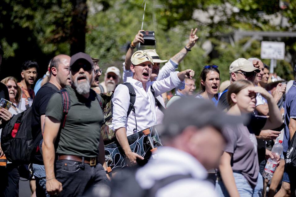 """Man kennt es schon von anderen Demos: Hier wird """"Widerstand"""" gerufen."""