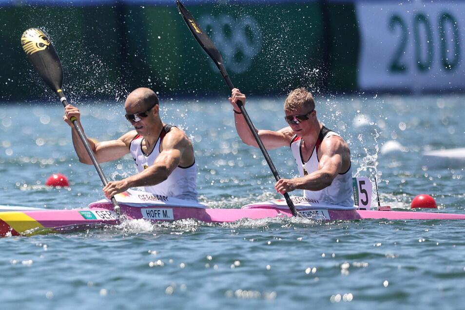 Max Hoff (links) und Jacob Schopf sind zu Olympia-Silber gepaddelt - ganz knapp hinter Australien.
