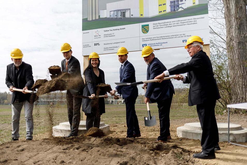 Die Volksbank Raiffeisenbank half auch bei der Finanzierung der Ansiedlung von Yellowtec in Görlitz-Hagenwerder. Zum Dank durfte Vorstand Sven Fiedler (2. v. li.) beim ersten Spatenstich mittun.
