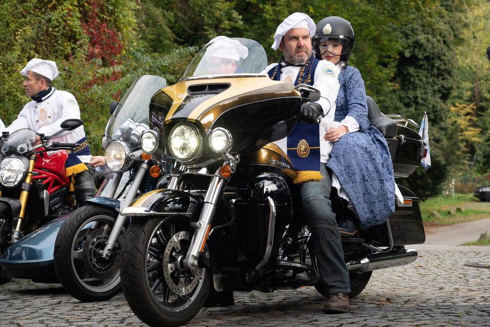 Bei seiner Vorstellung am Schloss Eckberg wurde das neue Stollenmädchen auf einer Harley Davidson vorgefahren.