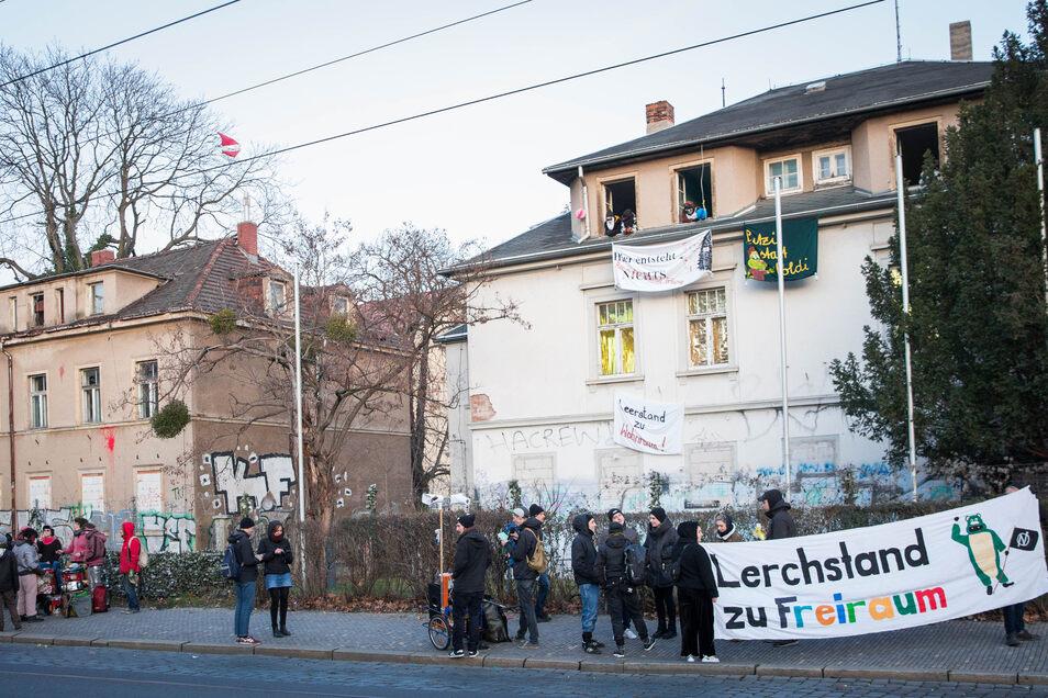 Am 17. Januar haben mehrere Aktivist*innen die drei Häuser und das Grundstück an der Königsbrücker Straße 12-16 besetzt.