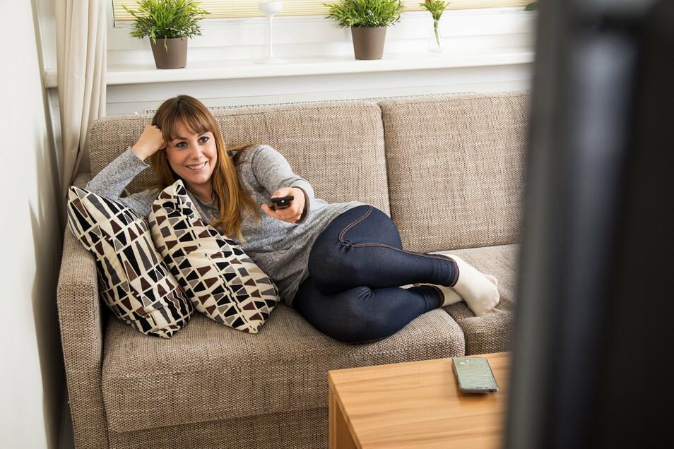 Viel auf der Couch: 2020 verbrachten die Deutschen viele Stunden vor dem Fernseher. Vor allem die Tagesschau und Tatort-Filme aus Münster waren beliebt.