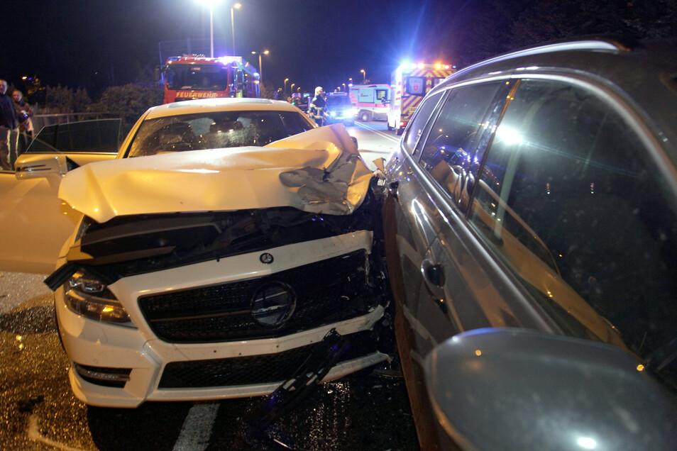 Auffahrunfall mit Folgen: An drei Fahrzeugen entstand Totalschaden.