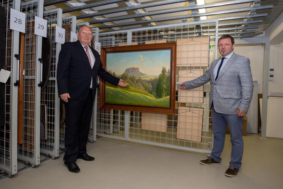 Der ehemalige CDU-Bundestagsabgeordnete Klaus Brähmig (links) und Christian Schmidt-Doll von der Kultur- und Tourismusgesellschaft Pirna präsentieren das Ölgemälde, das jetzt dem Stadtmuseum Pirna überreicht worden ist.