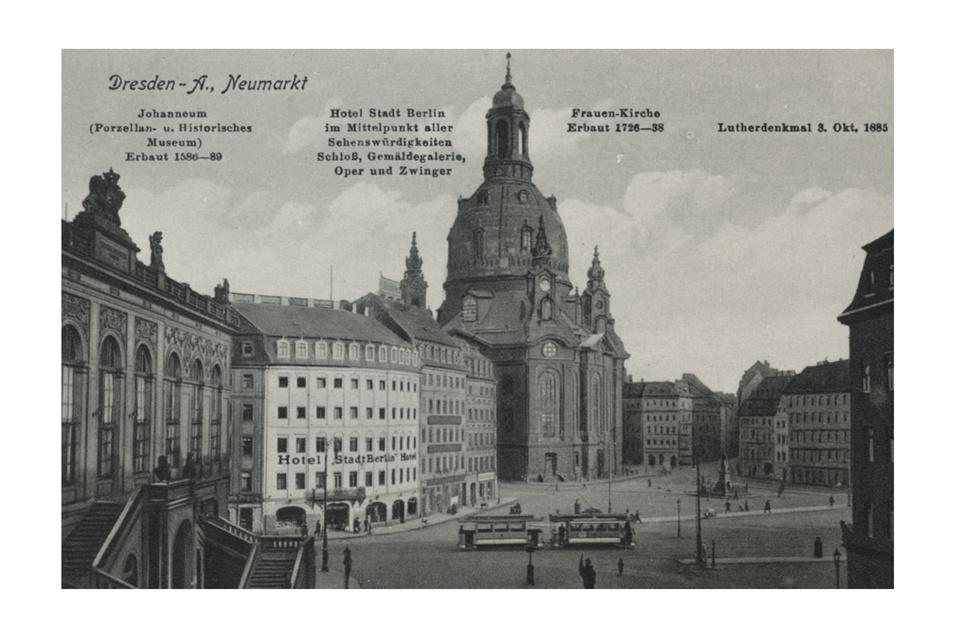 """Der """"alte"""" Neumarkt mit dem damaligen Hotel """"Stadt Berlin"""", das heute das Townhouse Dresden beherbergt. Das Gebäude wurde 1770 als Wohnhaus für den damaligen Dresdner Bürgermeister Christoph Bormann gebaut, der selbst bereits Gäste beherbergte. Sein Enkel gründete schließlich das Hotel. Genächtigt haben hier einst unter anderem der Komponist Frédéric Chopin und der Schriftsteller Fjodor Dostojewski. 1945 wurde es wie die Nachbarhäuser und die Frauenkirche zerstört und später nach historischem Vorbild neu aufgebaut."""