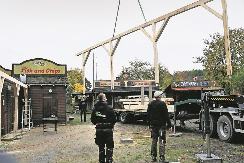 Die Holzkonstruktion für die Frontseite der Überdachung des Grillstandes auf der Forest Village Ranch schwebte am Montagvormittag ein.