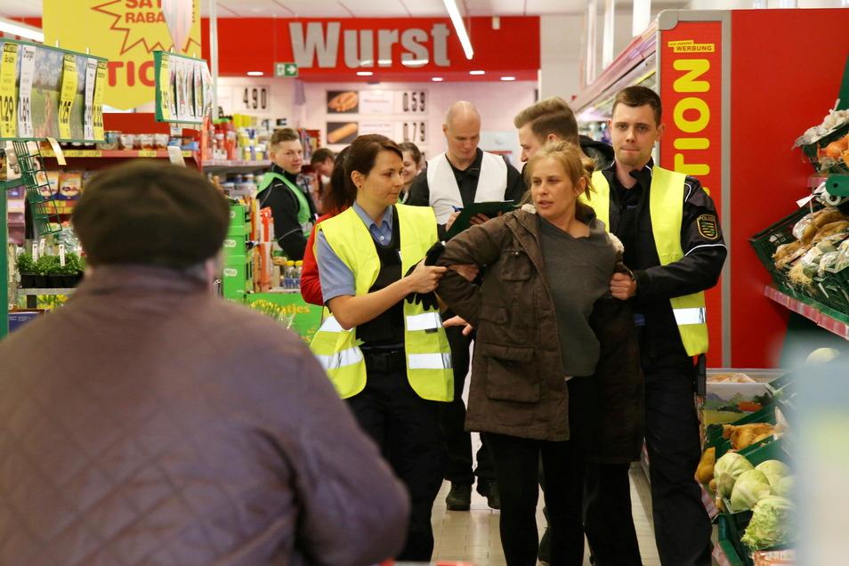 Handlungstraining wie hier vor zwei Jahren beim simulierten Ladenklau in einem Rothenburger Supermarkt wird unter Coronabedingungen auch jetzt in Präsenz durchgeführt.