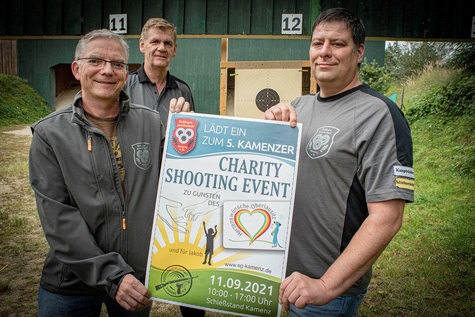Mit diesem Plakat luden Thomas Reinecke, Thomas Reichelt und Benedikt Krainz (v.r.) von der Schützengesellschaft Kamenz zum Pokalschießen für einen guten Zweck. Inzwischen ist die Veranstaltung gelaufen und hat 4.500 Euro eingebraucht.