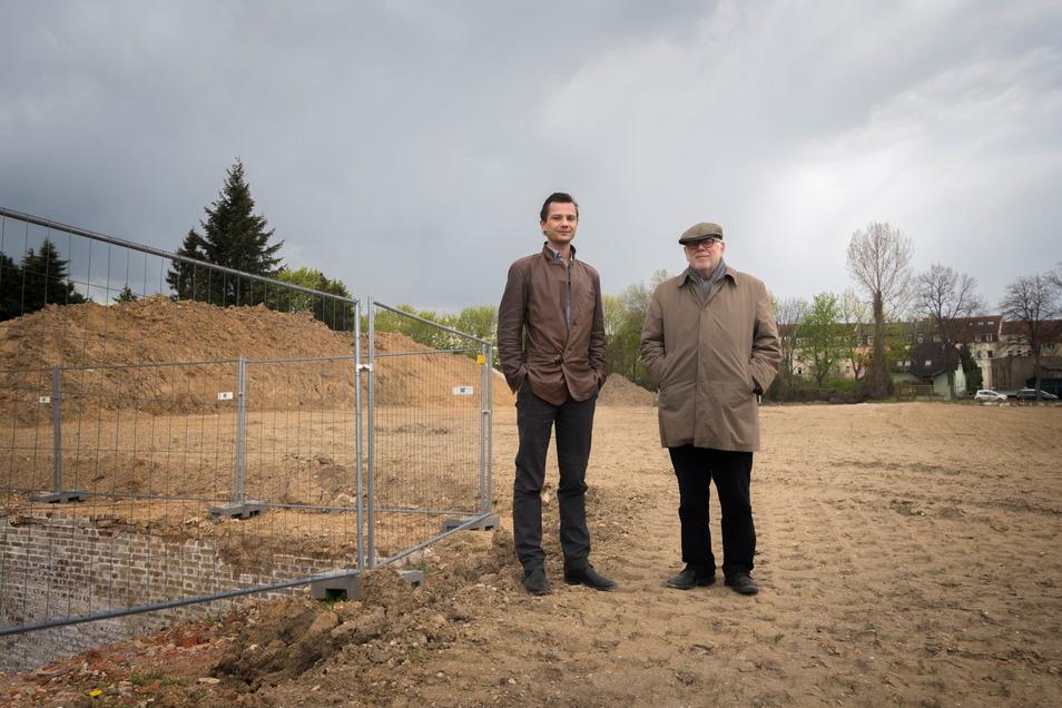 Architekt Robert Wunder (l.) und Investor Gunnar Thies (r.) auf dem beräumten Areal der ehemaligen Brauerei in Altriesa (im Hintergrund der Heimweg). Hier ist alles vorbereitet, damit in den wenigen Tagen die Erschließung für die künftige Brauereisiedlung
