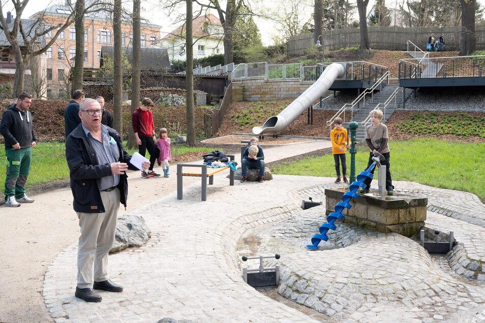 OB Gerhard Lemm (SPD) hat den neuen Wasserspielplatz im Gelbke-Hain in Radeberg offiziell eingeweiht.