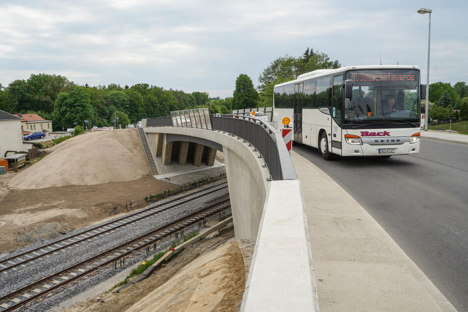 Bis zum 9. Juli sollen die Bauarbeiten der neuen Brücke über die Bahngleise in Großharthau abgeschlossen sein.
