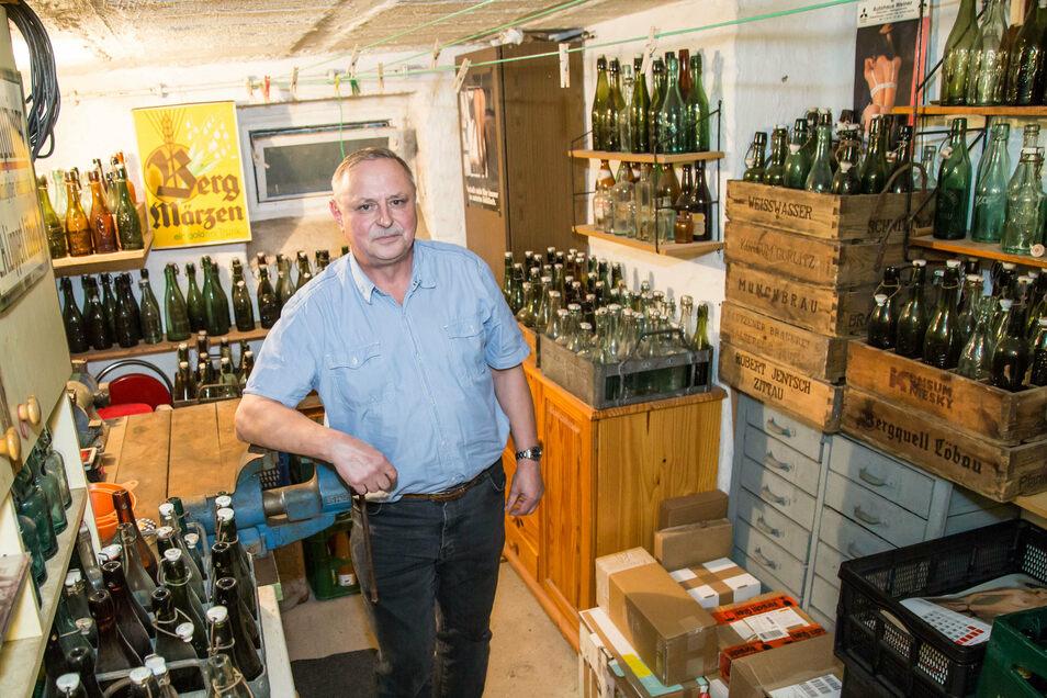 In seinem Keller sieht es wie in einem Flaschenhandel aus. Allerdings haben Joachim Mischoks Sammlerstücke schon über hundert Jahre auf dem Buckel.