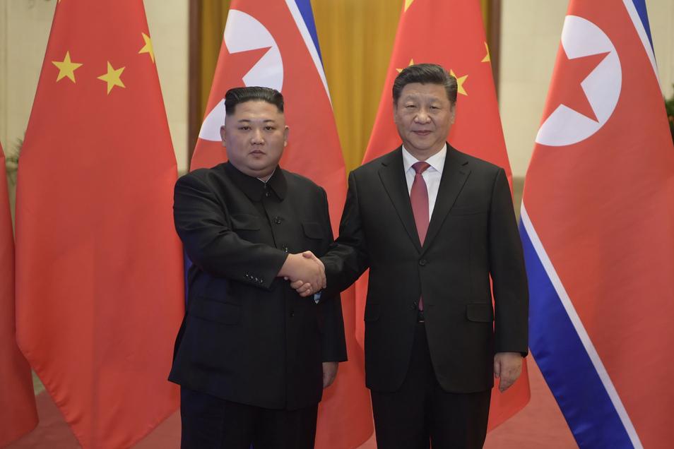 In diesem Jahr trafen Nordkoreas Machthaber Kim Jong Un (li.) und Chinas Präsident Xi Jinping schon einmal aufeinander. Im Januar reiste Kim zu Gesprächen nach Peking.