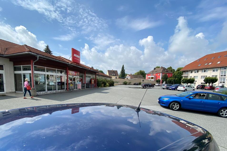 Während die Besitzer eines hochwertigen SUV im Penny Markt an der Leipziger Straße einkauften, verschwand das Auto vom Parkplatz.