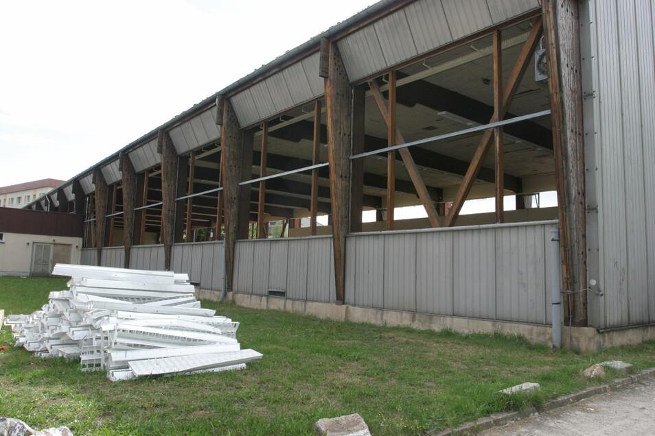 Der Abriss der alten Sporthalle begann im August 2006.