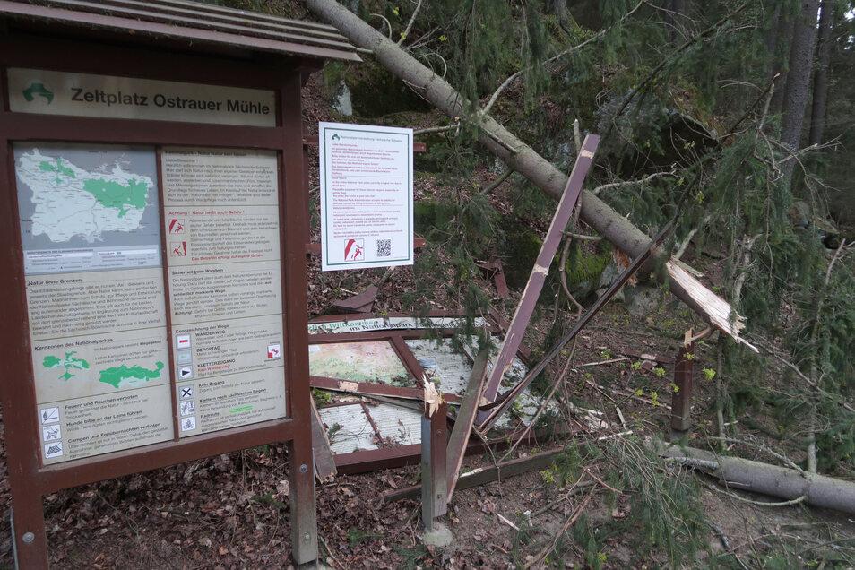 Eine von zwei Infotafeln am Zeltplatz Ostrauer Mühle ist zerstört.